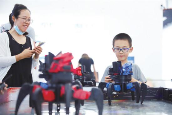 一场别开生面的机器人大战上演。记者 王培珂 摄