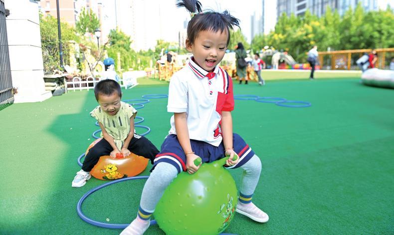 西海岸新区幼儿园基础设施不断升级。俞方平 摄