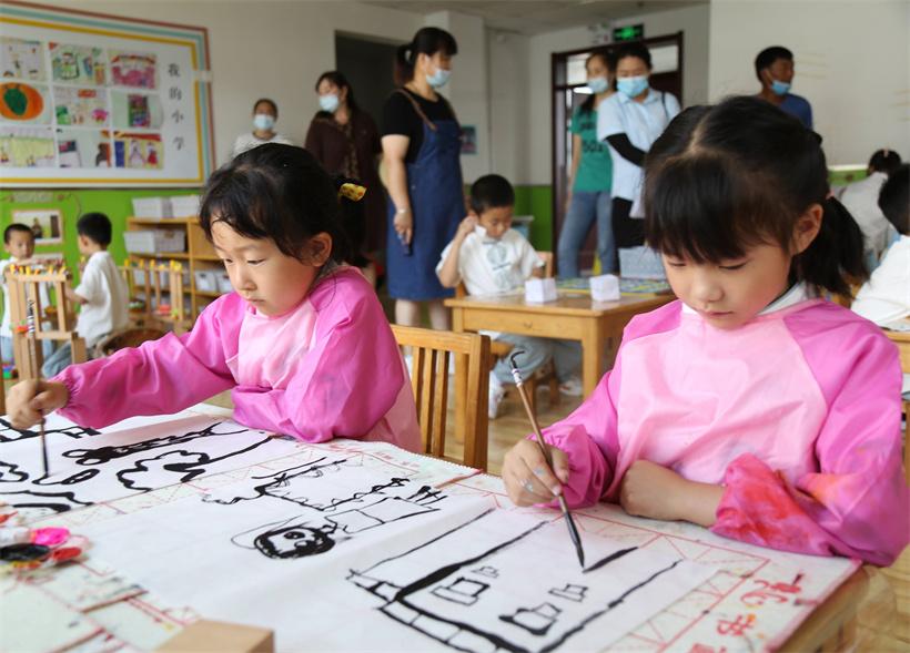海青中心幼儿园的孩子们创作水墨画。赵德瑜 摄