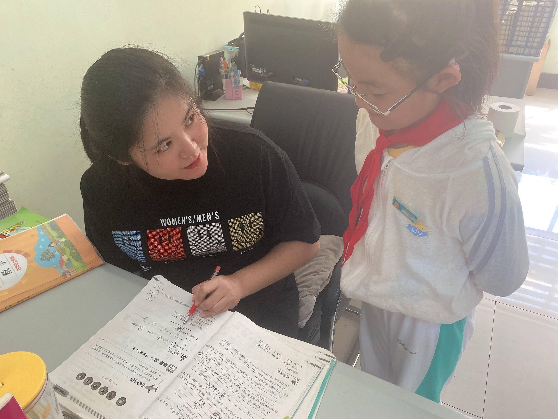 郑洪霞认真为学生讲解题目。