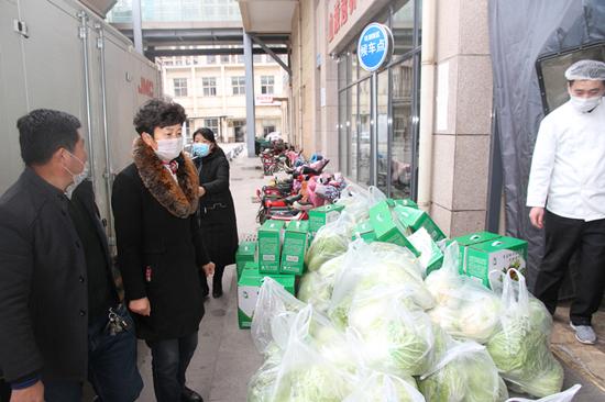 省人大代表姜波向一线医务工作人员捐献新鲜蔬菜