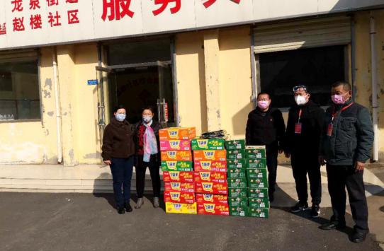 爱心人士郝经理到赵楼居捐赠防疫物资。