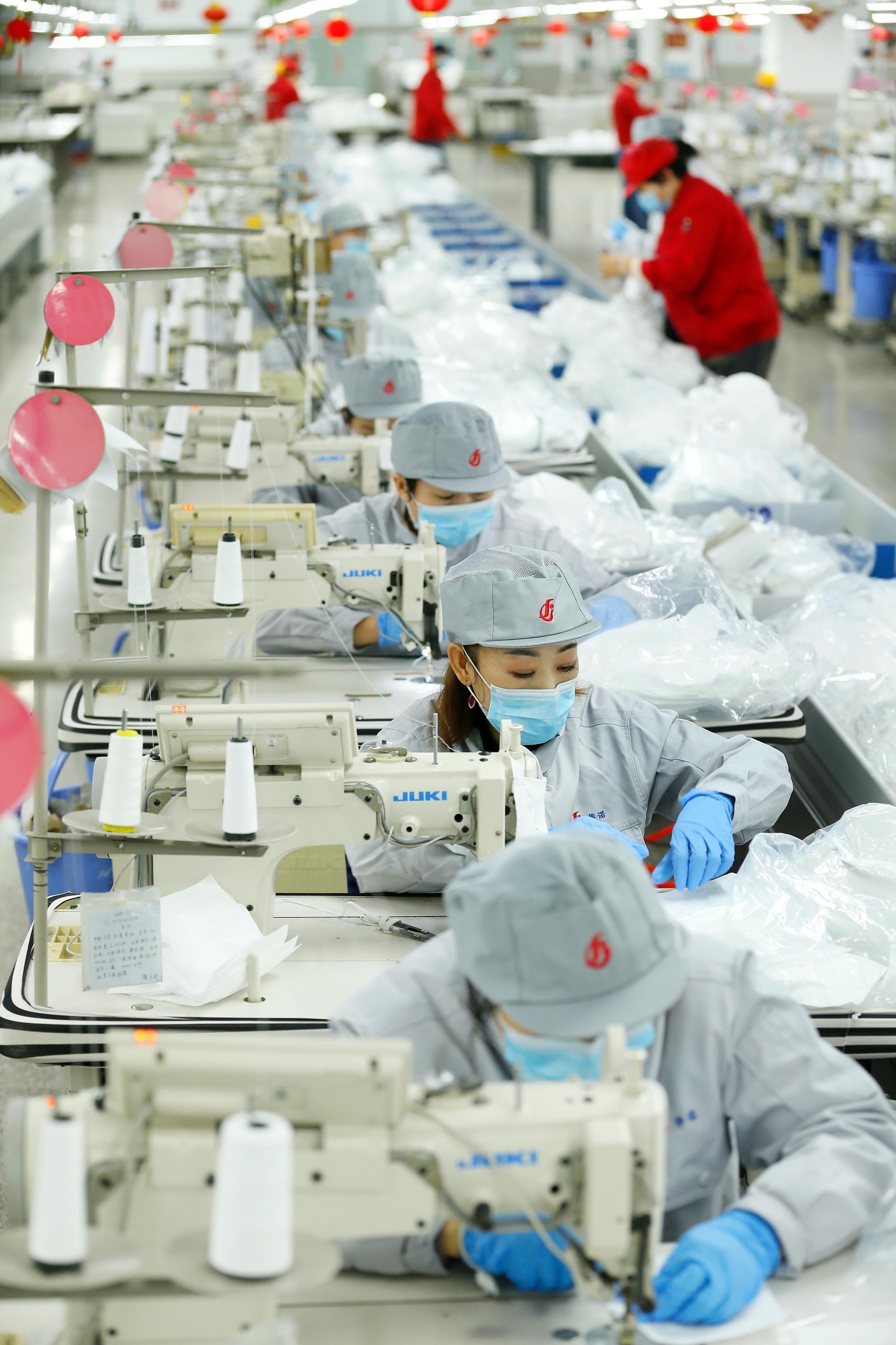 即发集团工人正在赶制口罩。为支持疫情防控,该企业将服装生产线转为口罩生产线。