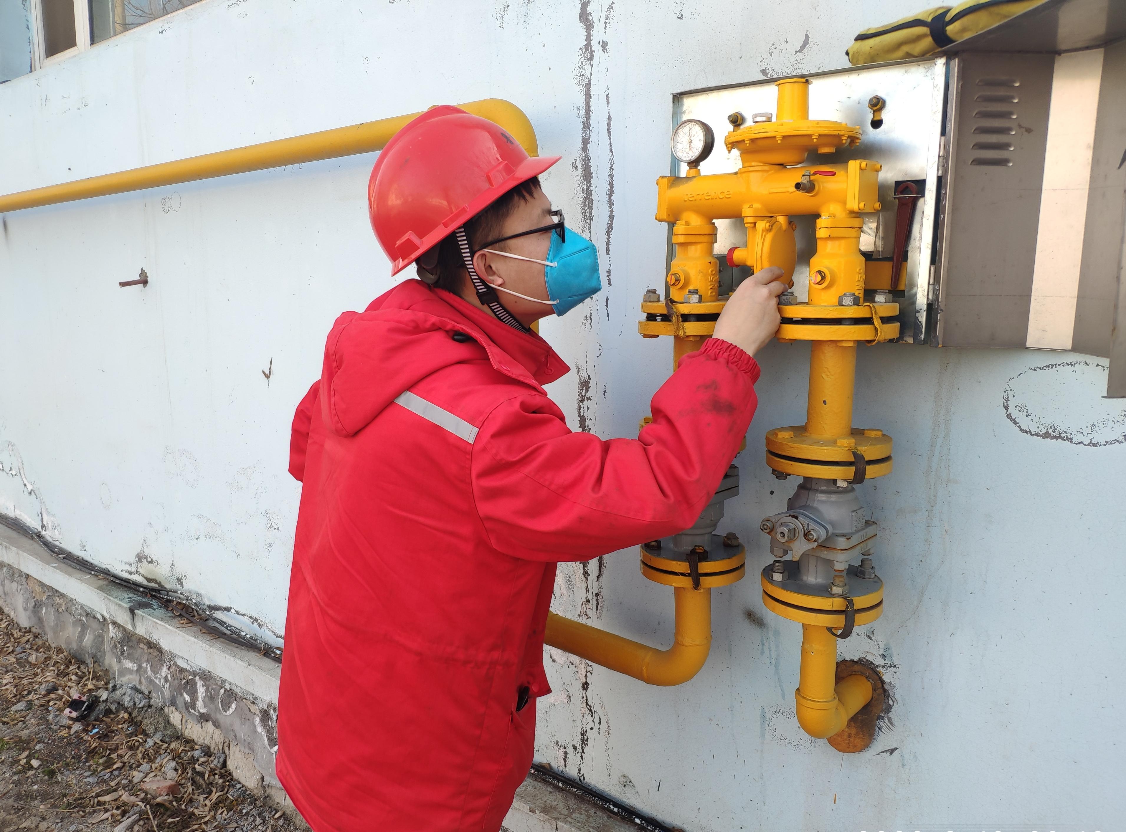 山东油气员工坚守场站一线确保天然气供应。