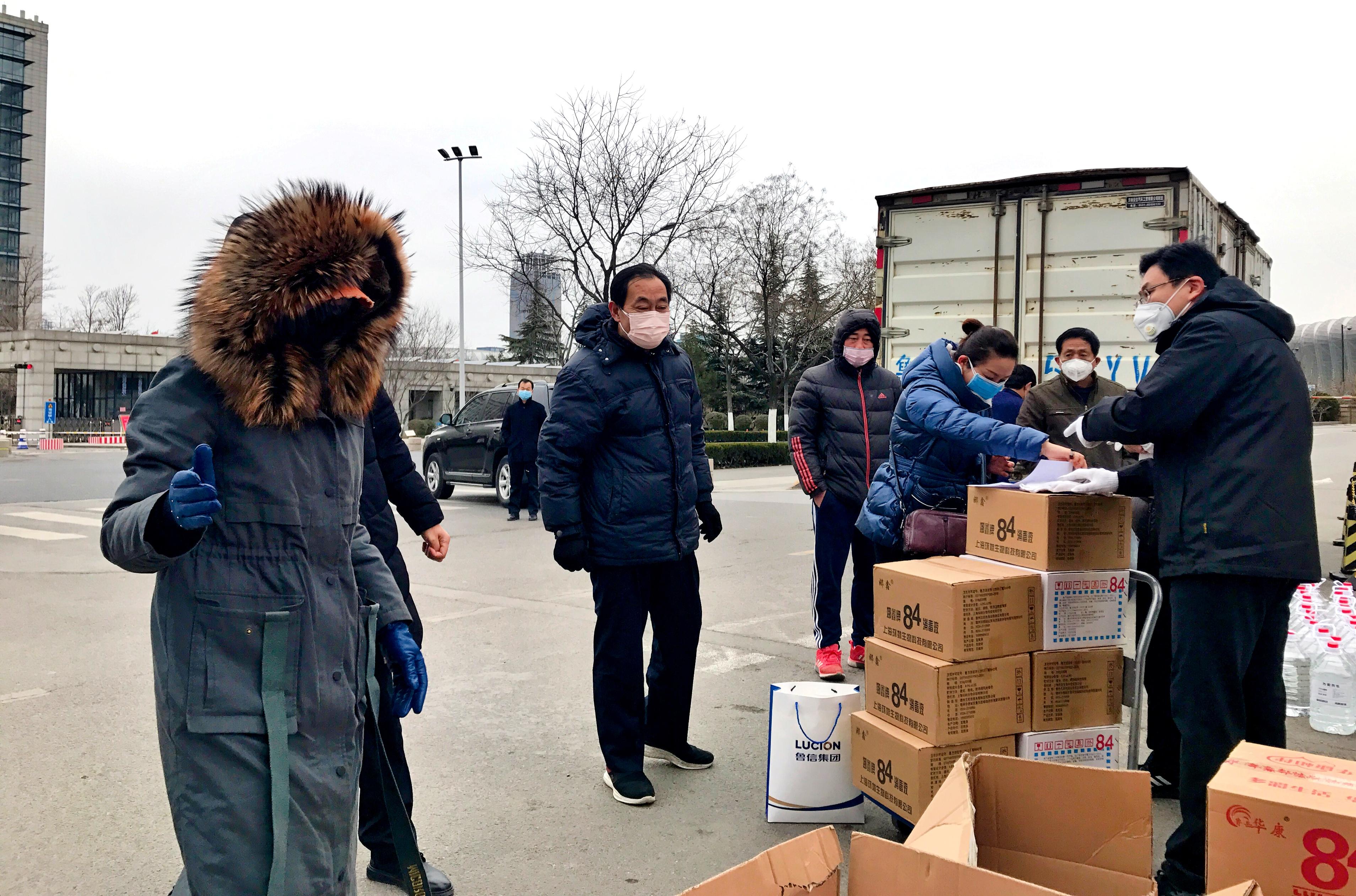鲁信集团工会发放防疫物资。