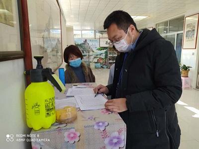 上口镇工作人员指导企业准备防疫物品.jpg