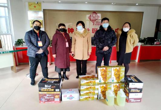 市妇幼保健院到银钟里居捐赠防疫物资。