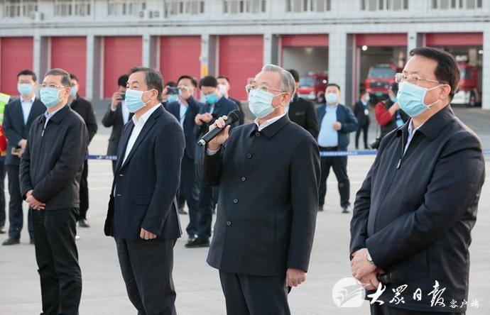山东援助湖北第一批返鲁人员凯旋 刘家义龚正到机场迎接