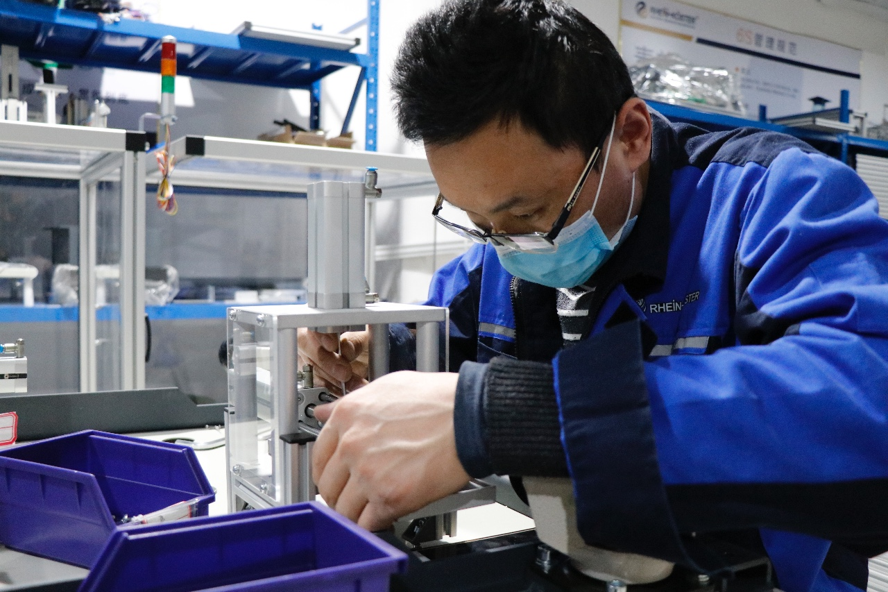 3月10日,山东莱茵科斯特智能科技有限公司员工正在组装教学实训设备。