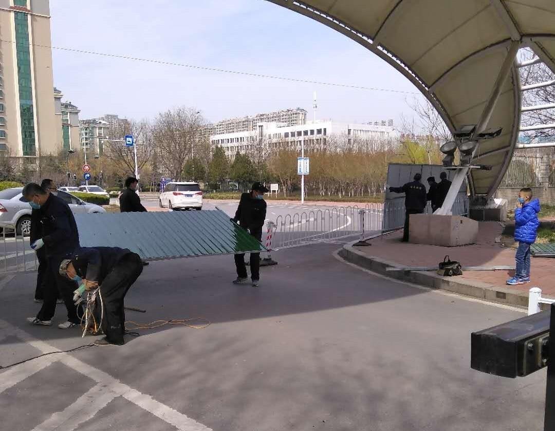 3月16日中午,世纪花园社区西门的围挡被拆除。