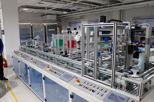 """这套复杂机电一体化实训设备""""放大""""后,便是可直接用于企业生产的智能制造设备。"""
