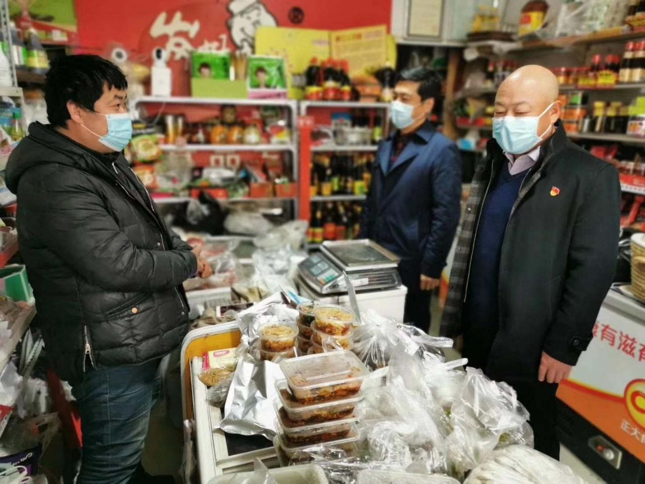 3月17日上午,世纪花园社区党委书记、居委会主任邵涛带领社区骨干和物业公司负责人,对辖区170个商家逐一走访慰问,了解商户们的意见和需求。