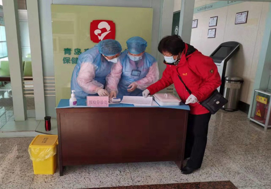 """1月31日10:00,""""尖刀班""""成员刘金华在区卫生健康局下属的妇幼保健中心对预检分诊登记情况进行监督检查"""