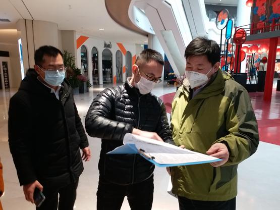"""2月4日15:00,""""尖刀班""""成员焦相鹏在青岛金狮广场购物中心对消毒措施落实情况进行监督检查"""