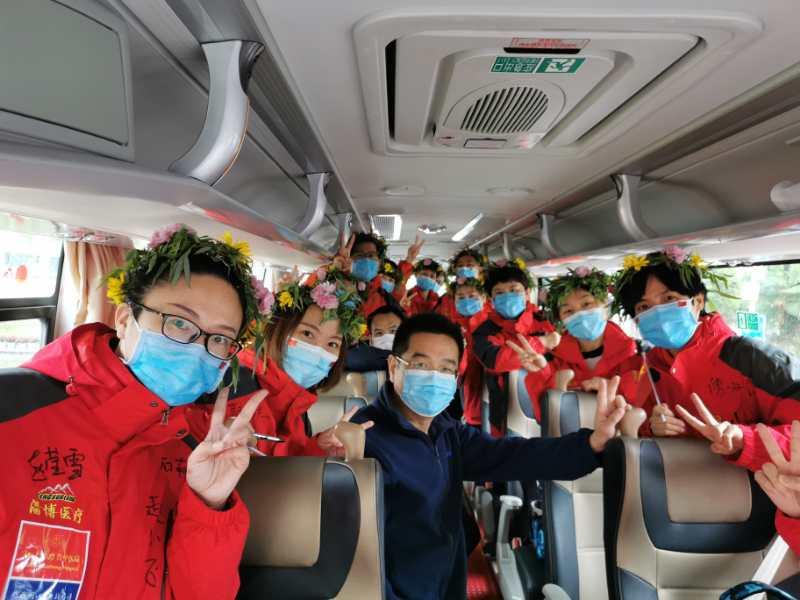 医疗队员们在返程飞机上合影。