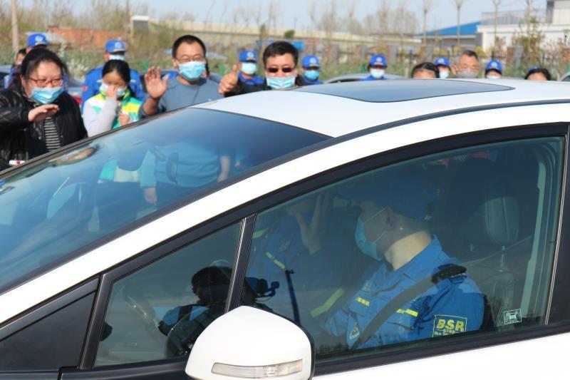 3月28日下午,载有2名淄博市蓝天救援队队员的车辆,缓缓驶过滨莱高速淄博西收费站。