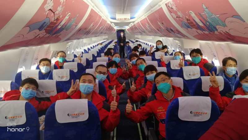 医疗队员们在飞机上的合影。