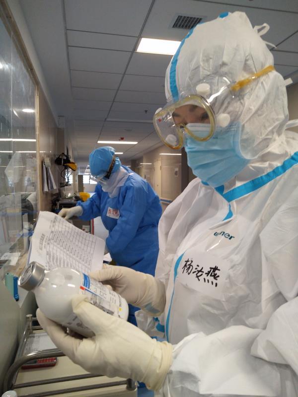杨汝燕在病房值班。