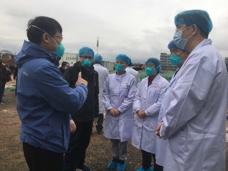 山东援助湖北医疗队总领队左毅(左一)与山东首批援湖北医疗队领队张韬(左二)在现场叮嘱杨汝燕(右四)和她的战友们。