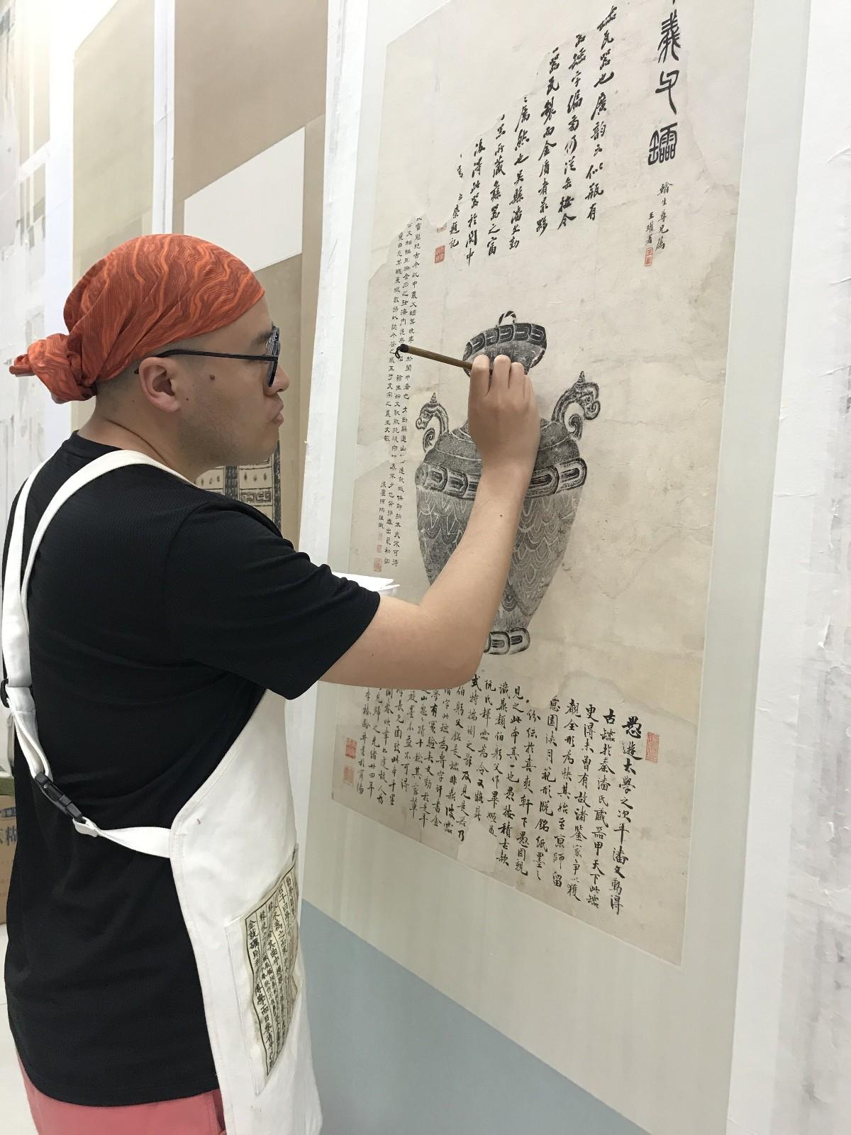 山东博物馆馆员鲁元良在修复字画