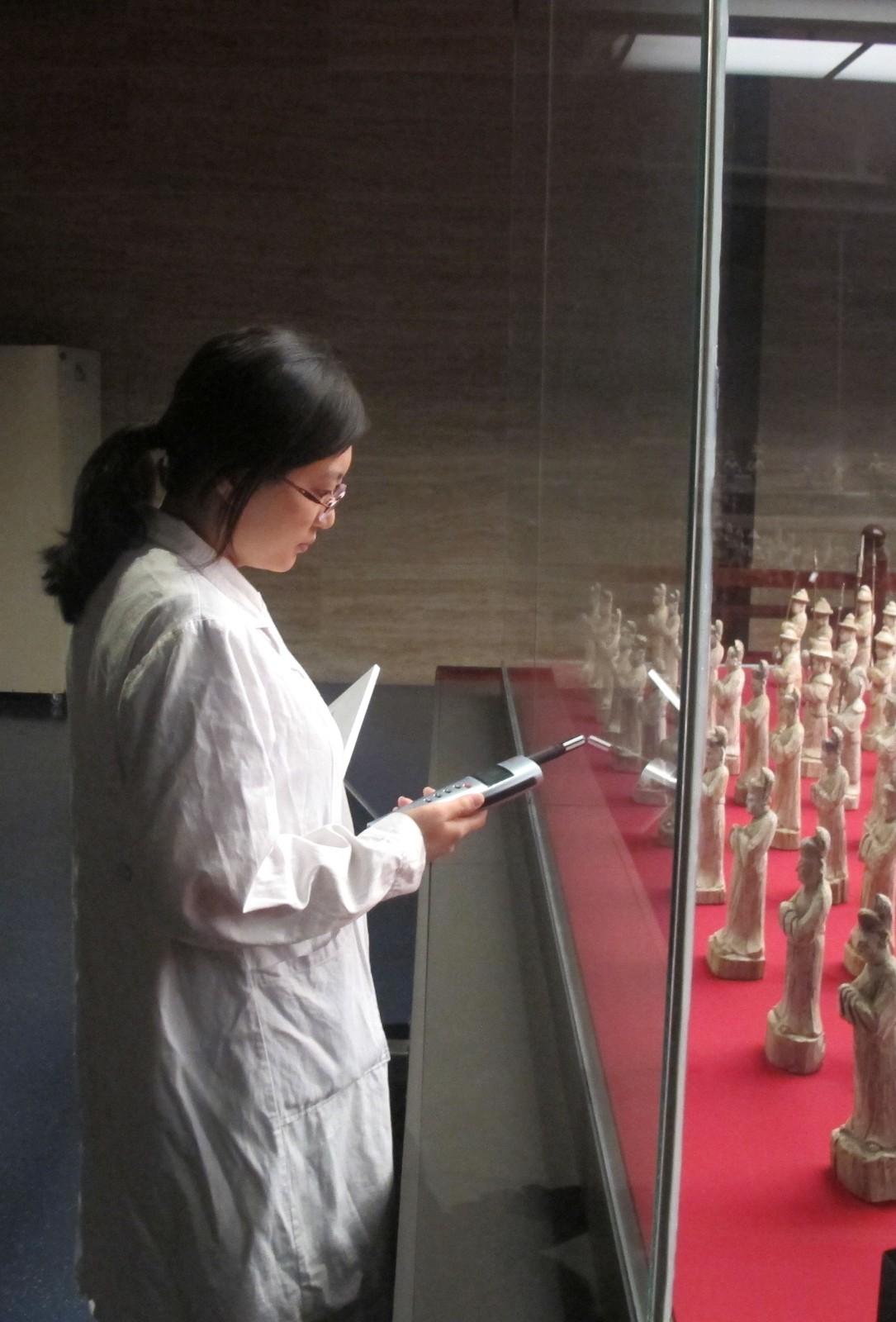 山东博物馆馆员李晶监测文物环境。
