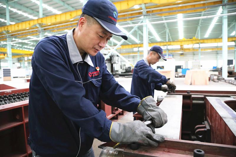 莱芜煤机破碎机生产现场。