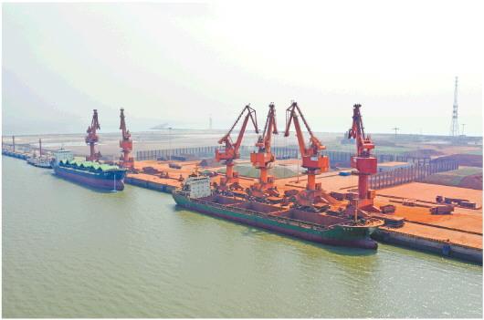 山东港口滨州港散杂货码头一派繁忙景象。□记者 姜斌 报道