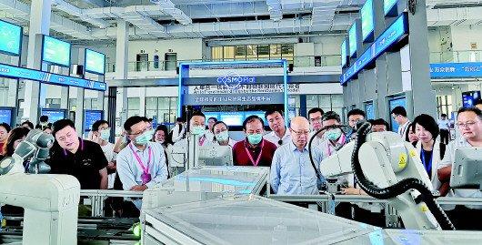 7月16日,深圳企业家代表参观海尔卡奥斯工业互联网平台。