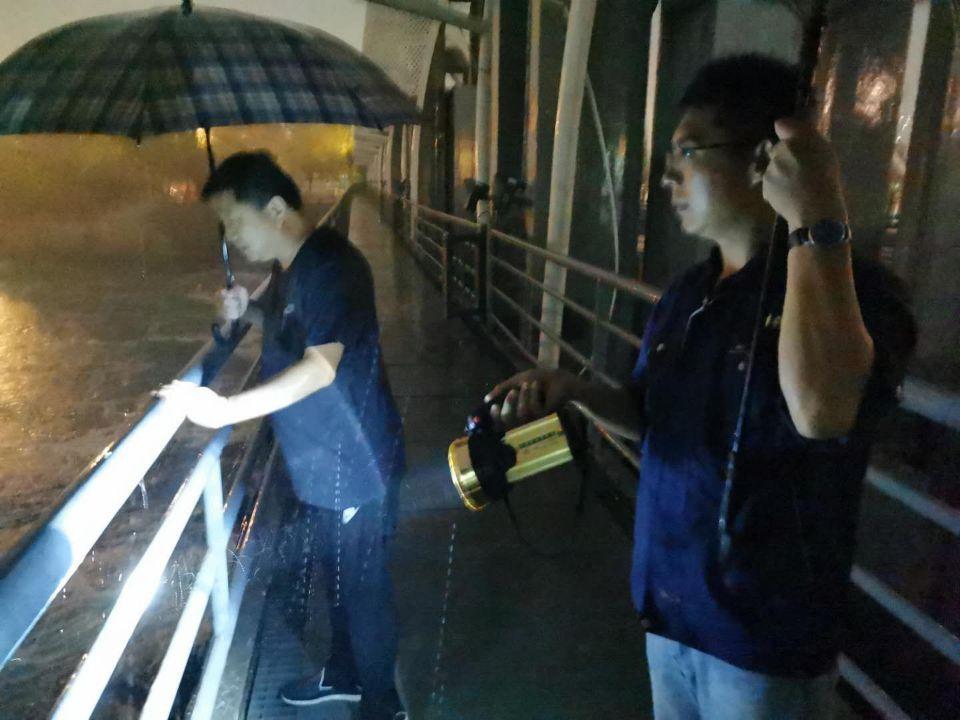 洪园闸值班人员在巡查水位和闸门泄水情况