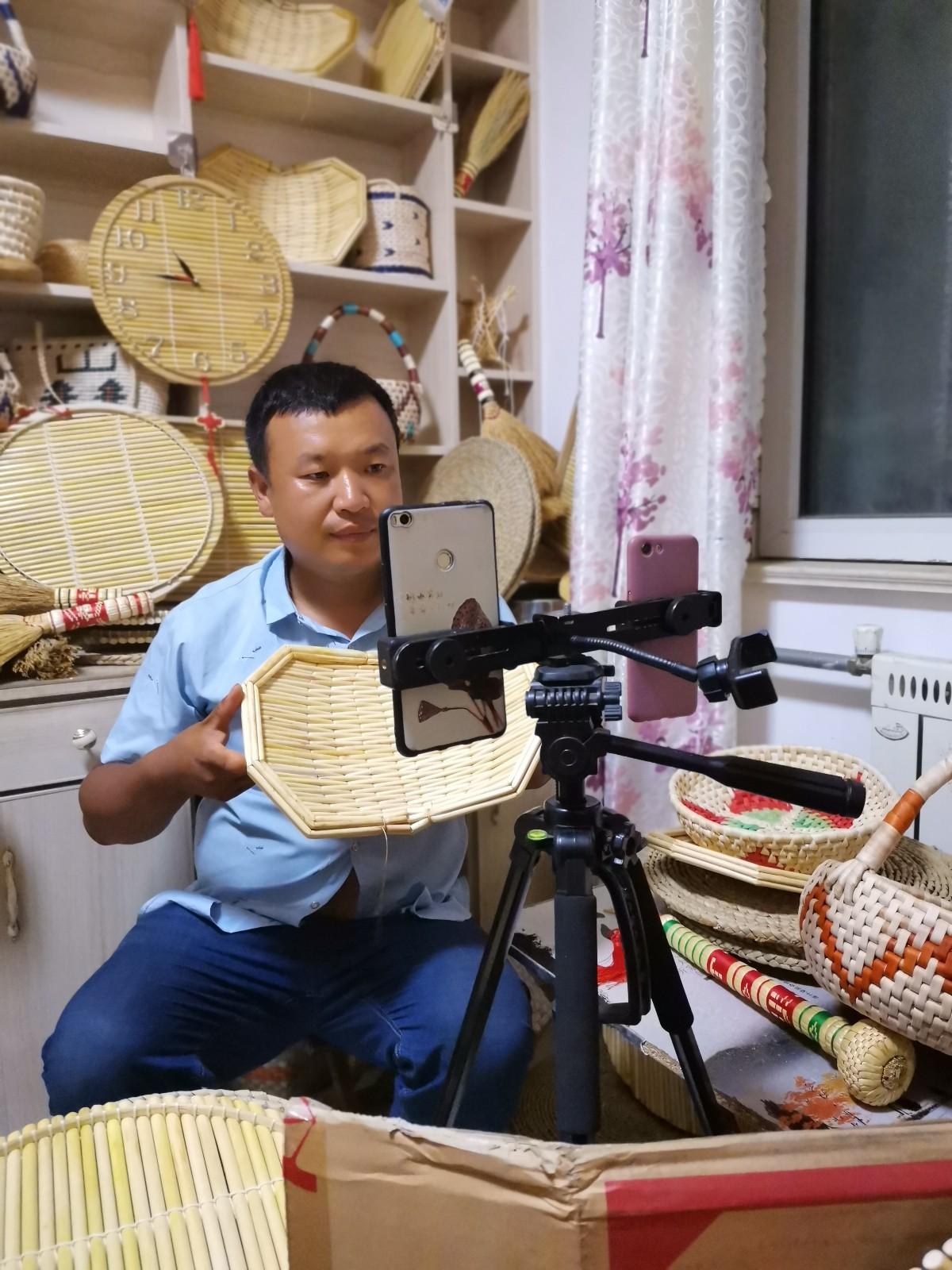 手工箅子传承人刘岳清在直播
