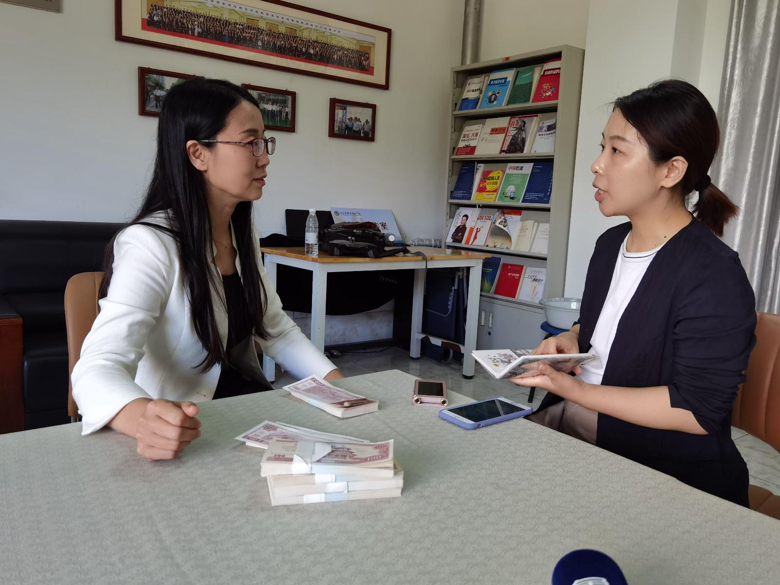 本报记者采访全国教书育人楷模魏亚丽(左)。