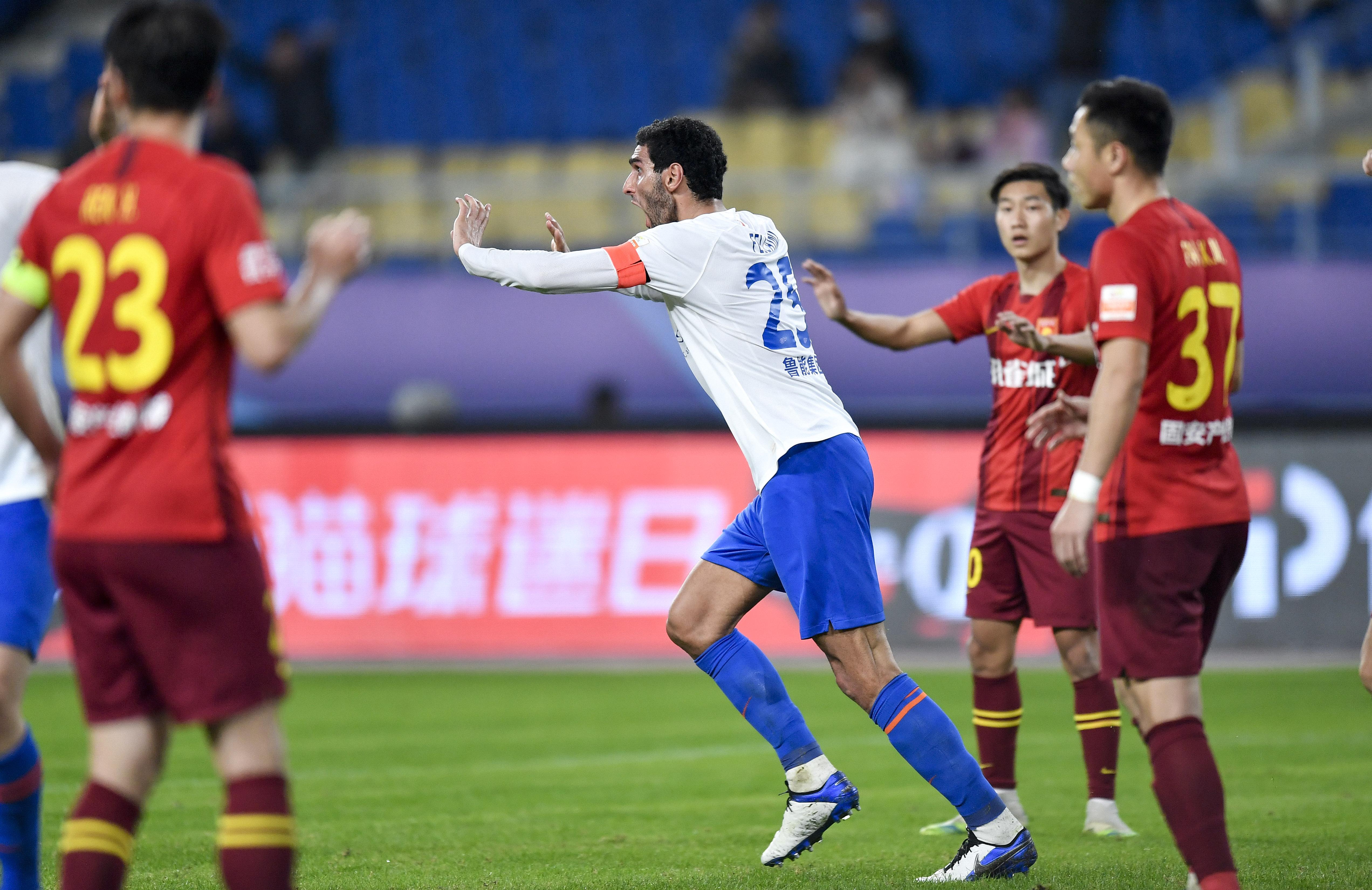 10月26日,山东鲁能泰山队球员费莱尼(中)在补时阶段的进球被判无效后向裁判申诉。新华社发