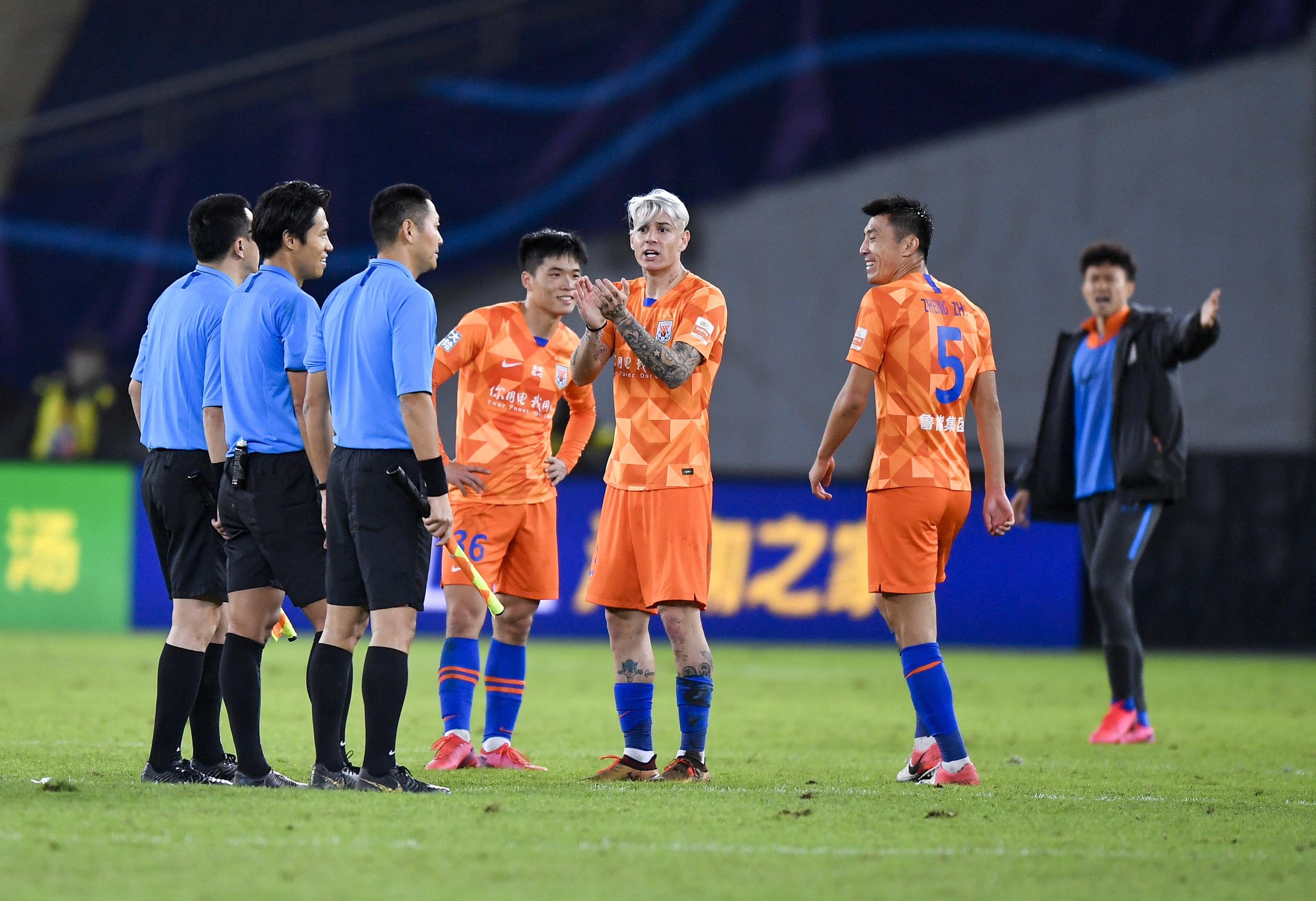 10月22日,山东鲁能泰山队球员在比赛后与裁判组理论。新华社发