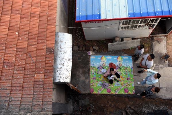 2020年6月30日,在郯城县红花镇老周圩子村贫困户肖尢山的家,王玉红(右二)向其了解危房翻建和生活情况。