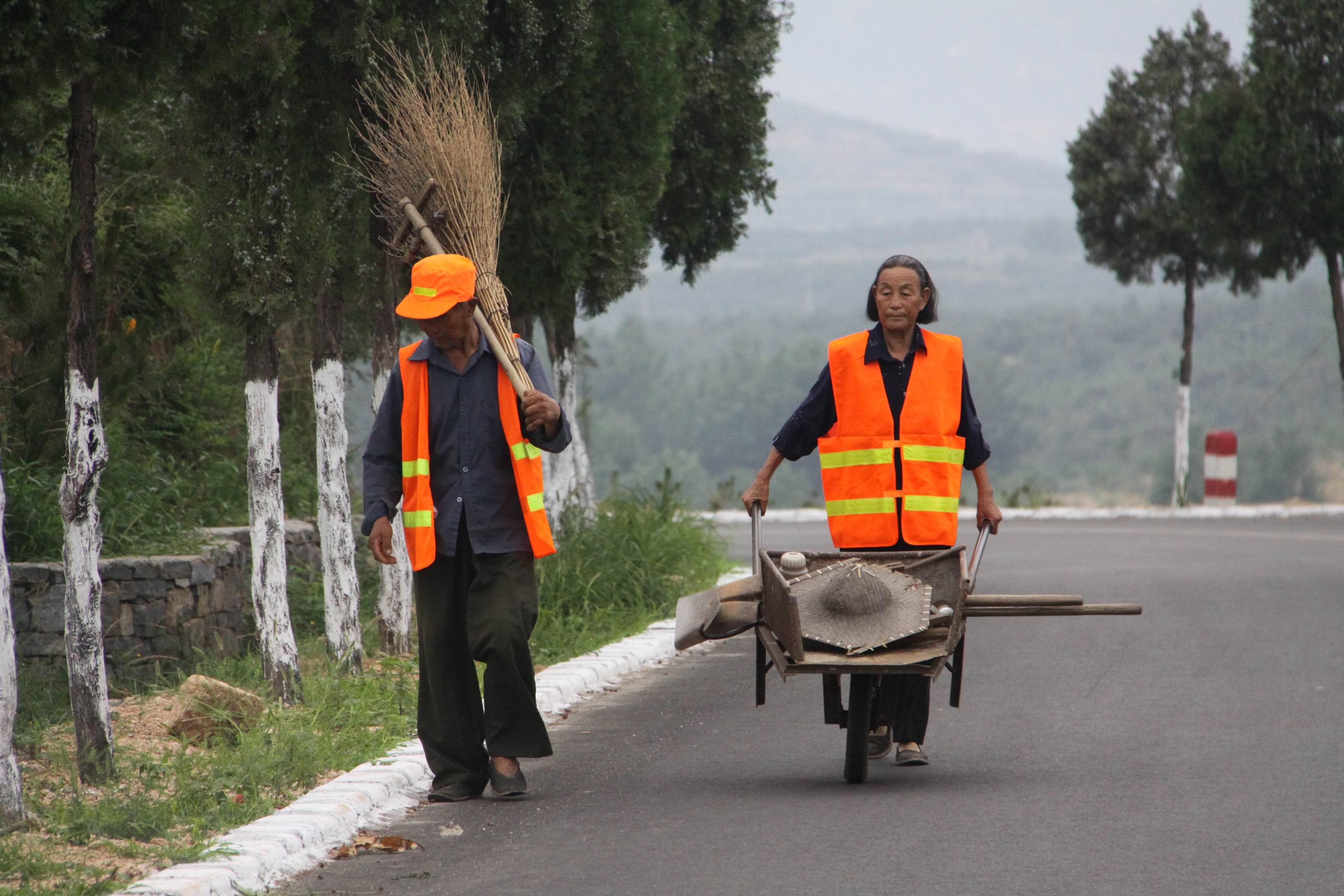 蒙阴坦常路上,村民正在管护公路。