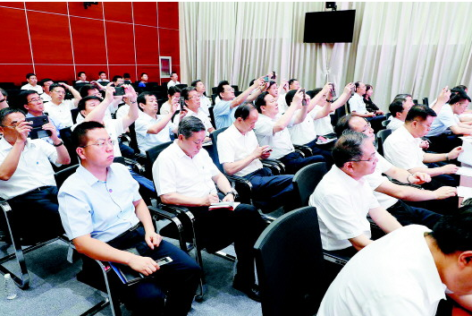 2019年7月22日,山东省党政代表团成员在北京市朝阳区双井街道办事处学习。