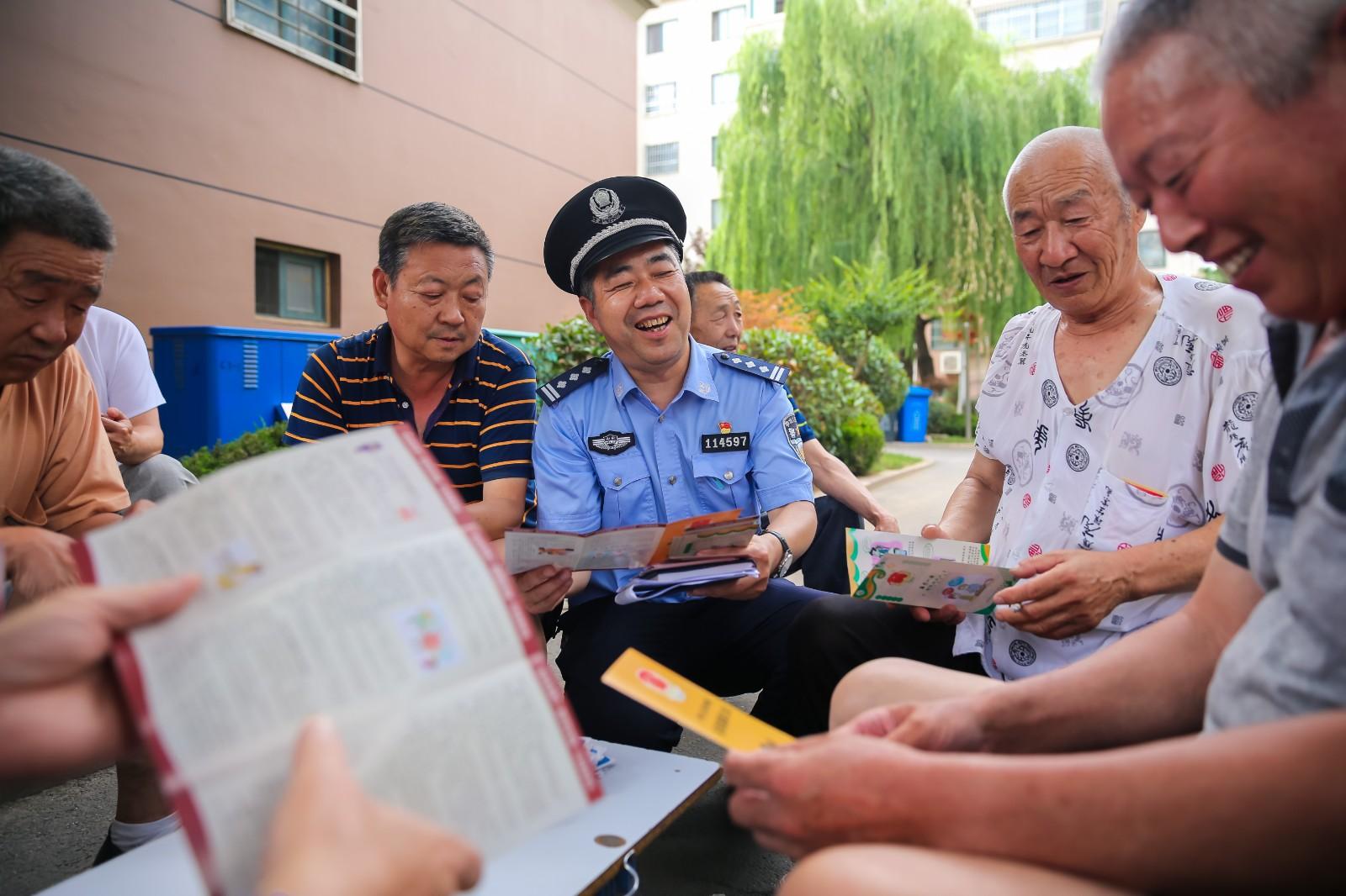 青岛市城阳区小寨子社区党员、民警和居民们在一起。
