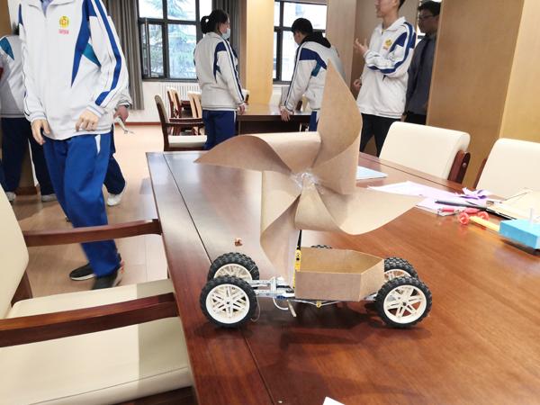 杀入决赛,等待挑战的风能小车作品。