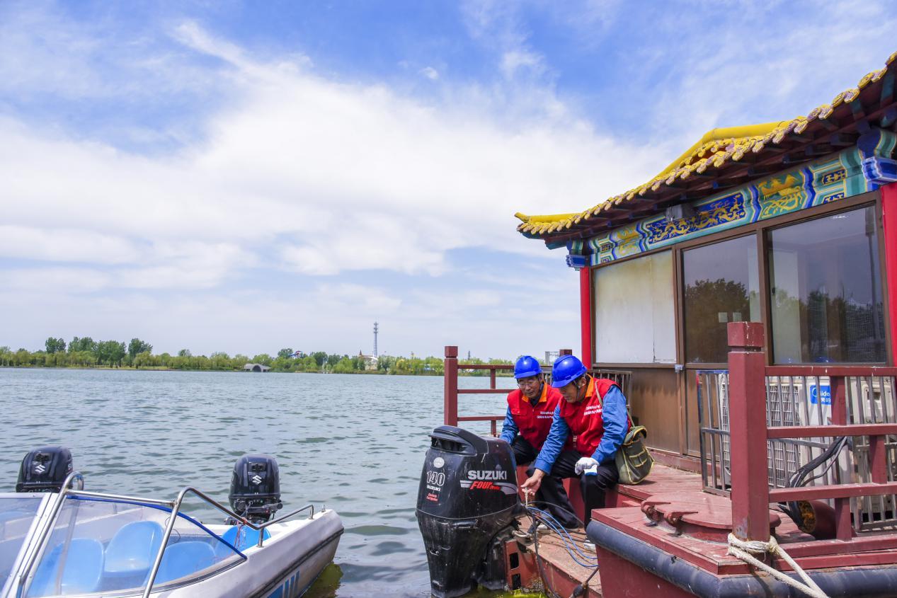 国网济阳区供电公司电力员工到当地澄波湖风景区开展节前用电检查。