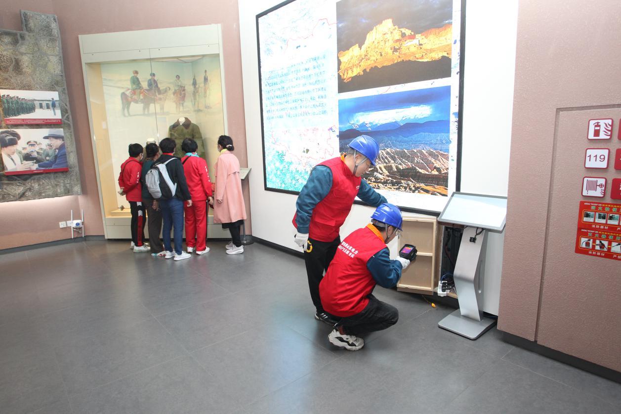 国网聊城供电公司组织彩虹共产党员服务队来到孔繁森纪念馆,对用电设备进行安全检查,并为游客宣讲安全用电知识。