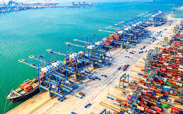 繁忙的山东港口青岛港码头。