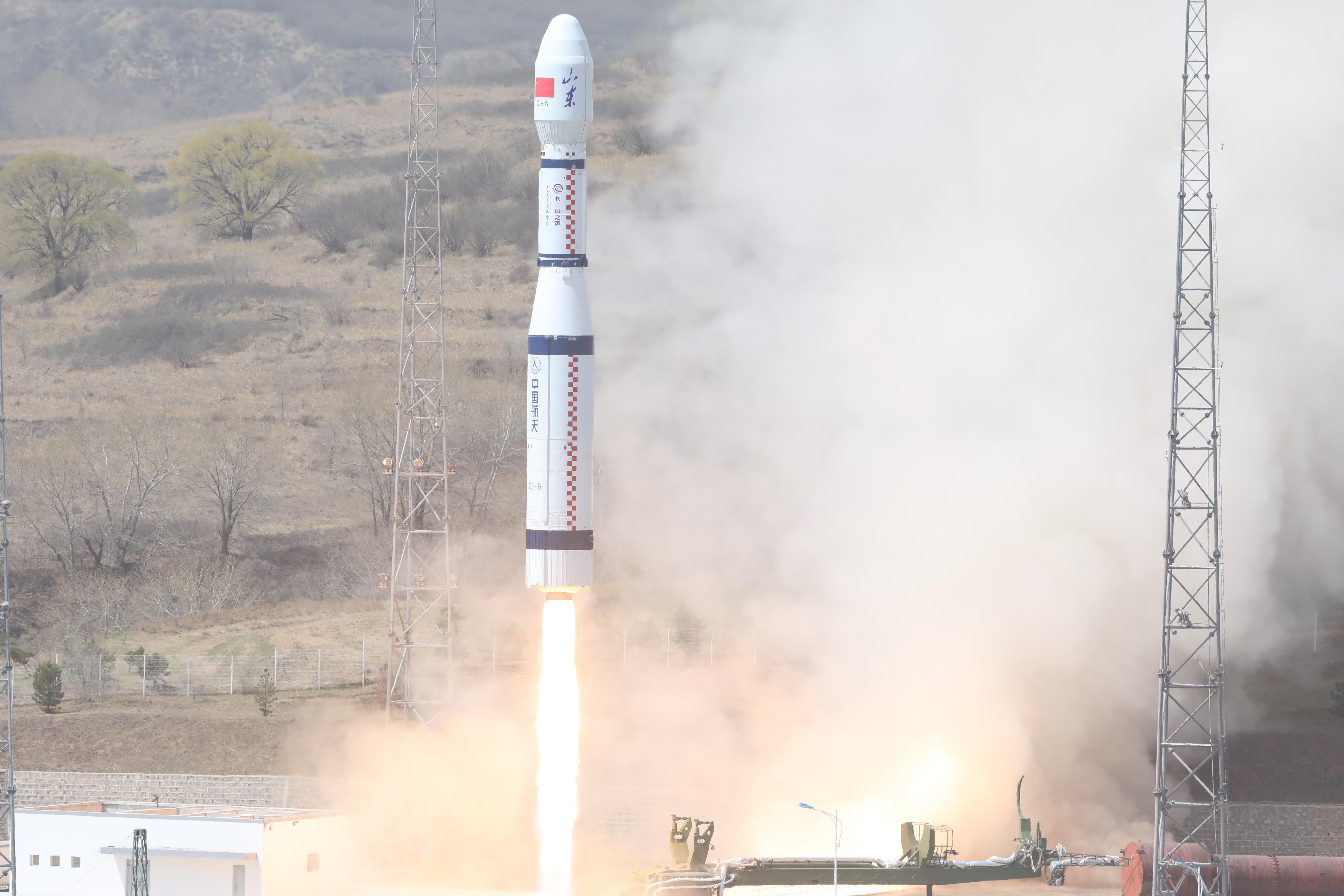 """4月27日11时20分,我国在太原卫星发射中心用长征六号运载火箭,以""""一箭九星""""的方式成功将齐鲁一号、齐鲁四号等3颗主星送入预定轨道。"""