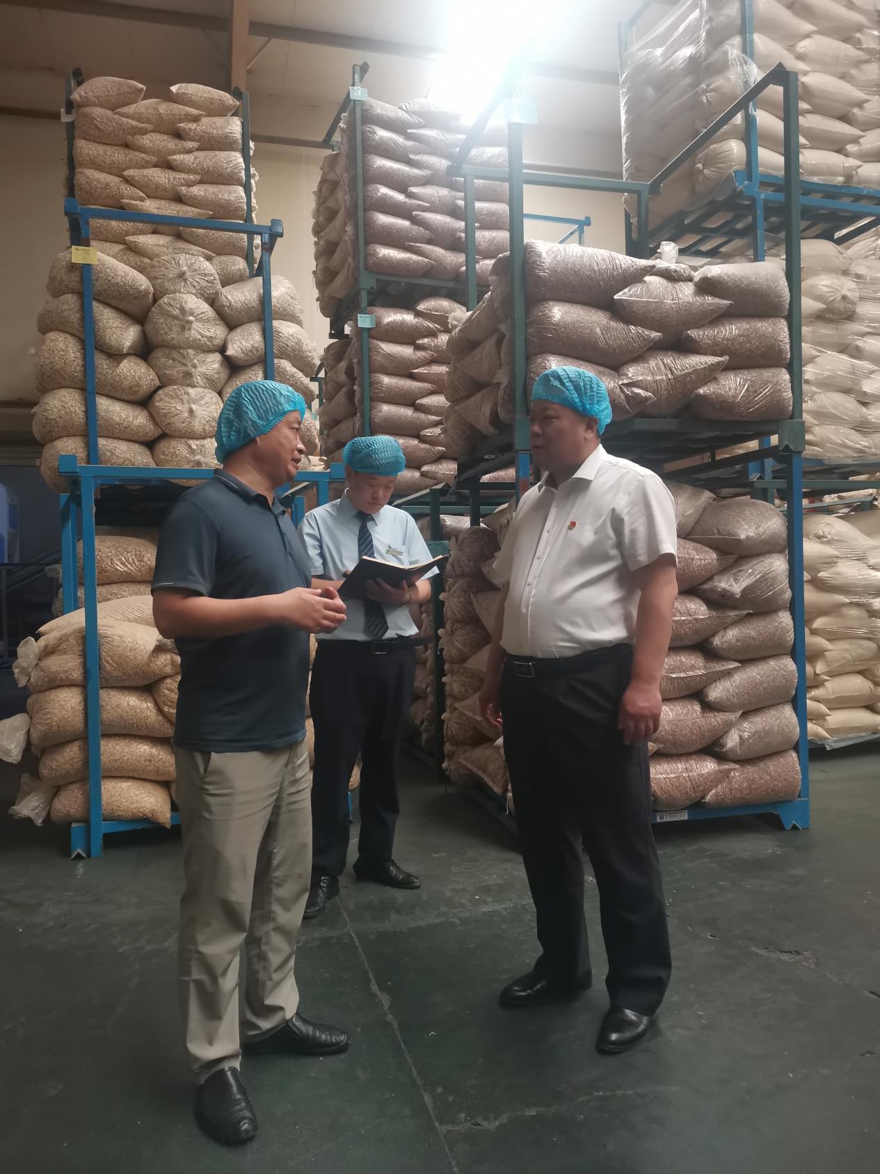 邮储银行金乡县支行行长张洪龙在当地崇文食品有限公司走访,了解企业生产及资金需求情况。