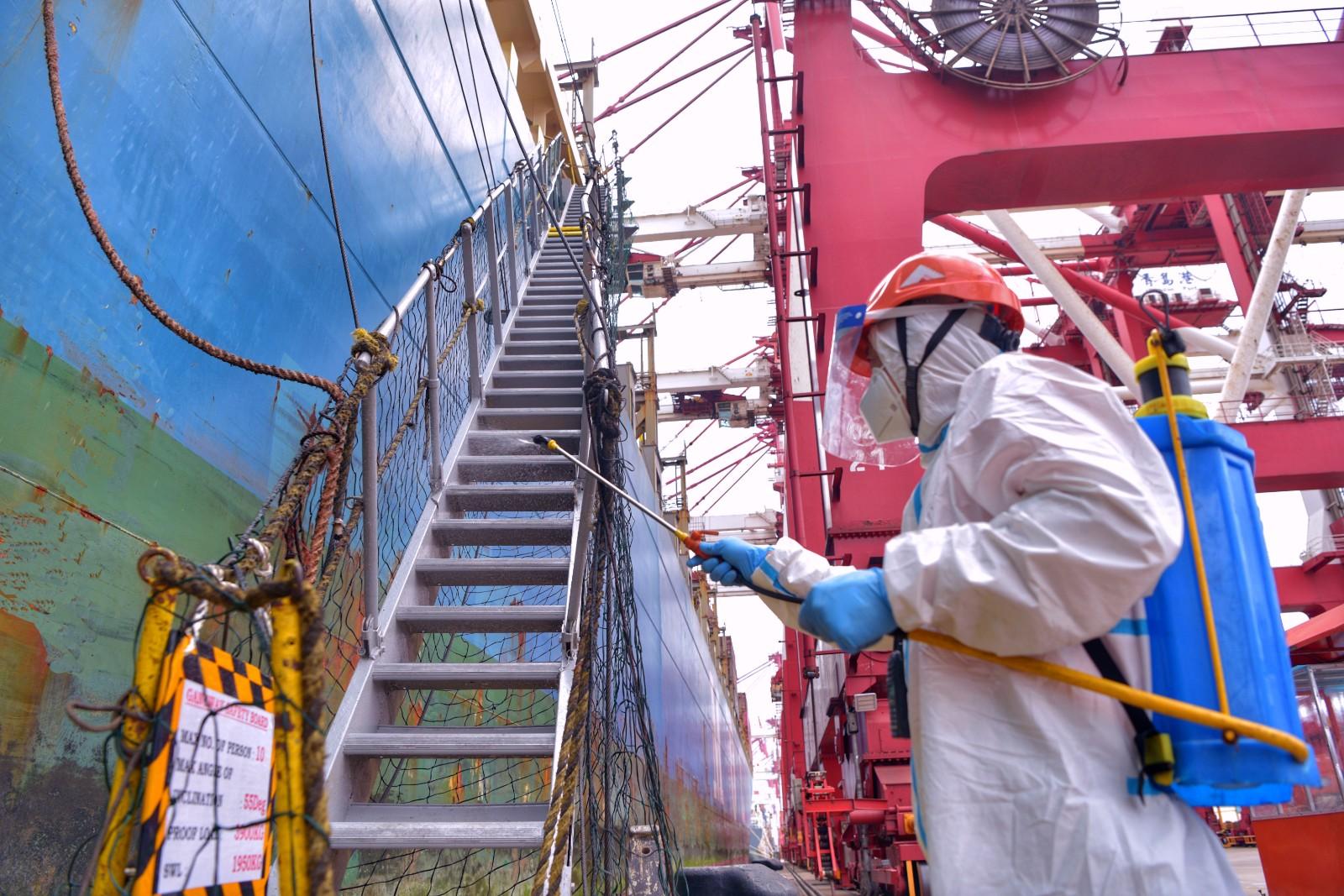 山东港口青岛港严格落实作业区域无死角消杀措施,对作业船舶进行消毒。