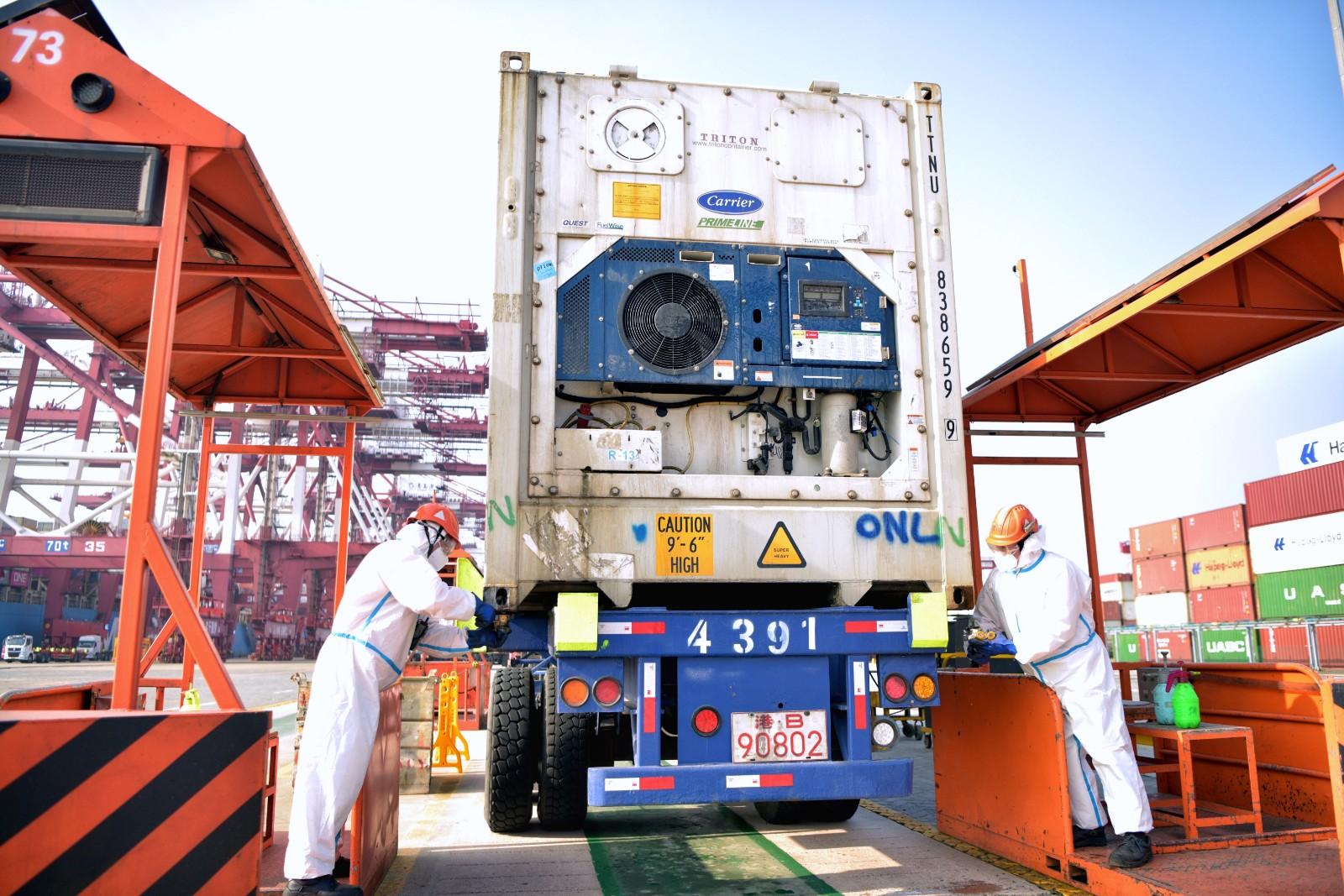 山东港口青岛港严格落实冷链作业防疫措施,对卸船冷冻空箱进行防疫记录,确保每个冷冻箱都行初步消杀,保证出港集装箱的安全。