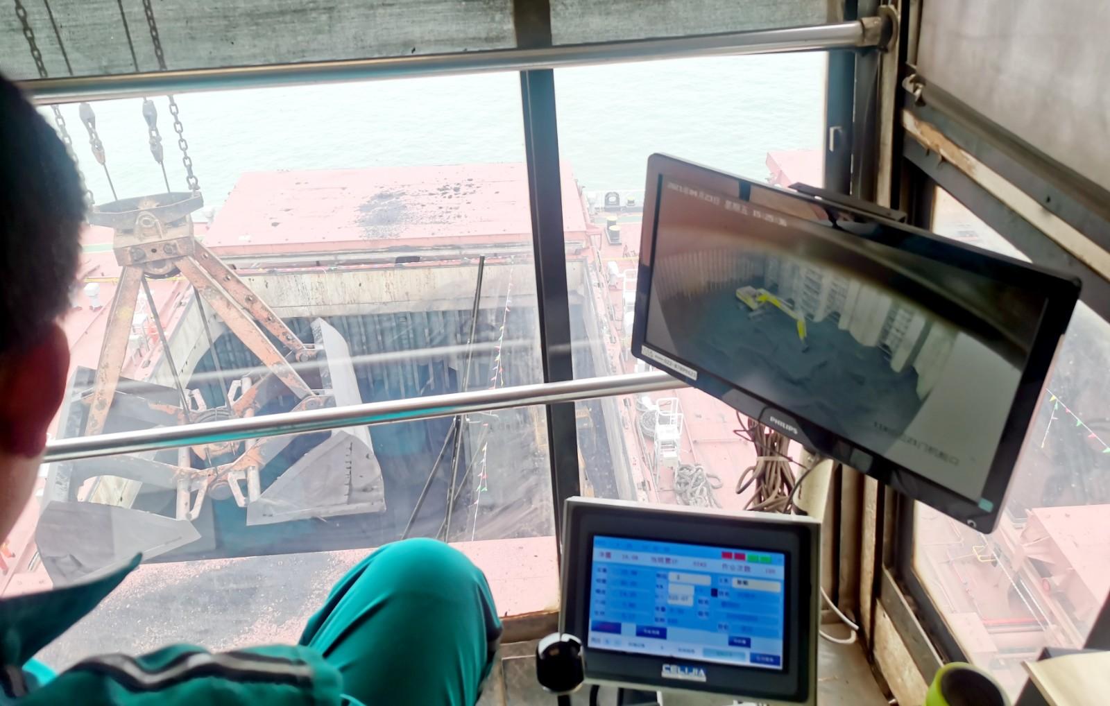 山东港口日照港岚山公司在货轮舱口安装移动式高清监控球机,实现作业过程无人指挥