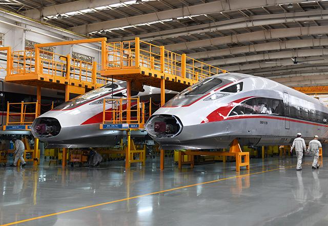 """工人在中车青岛四方机车车辆股份有限公司""""复兴号""""动车组生产线上忙碌。"""