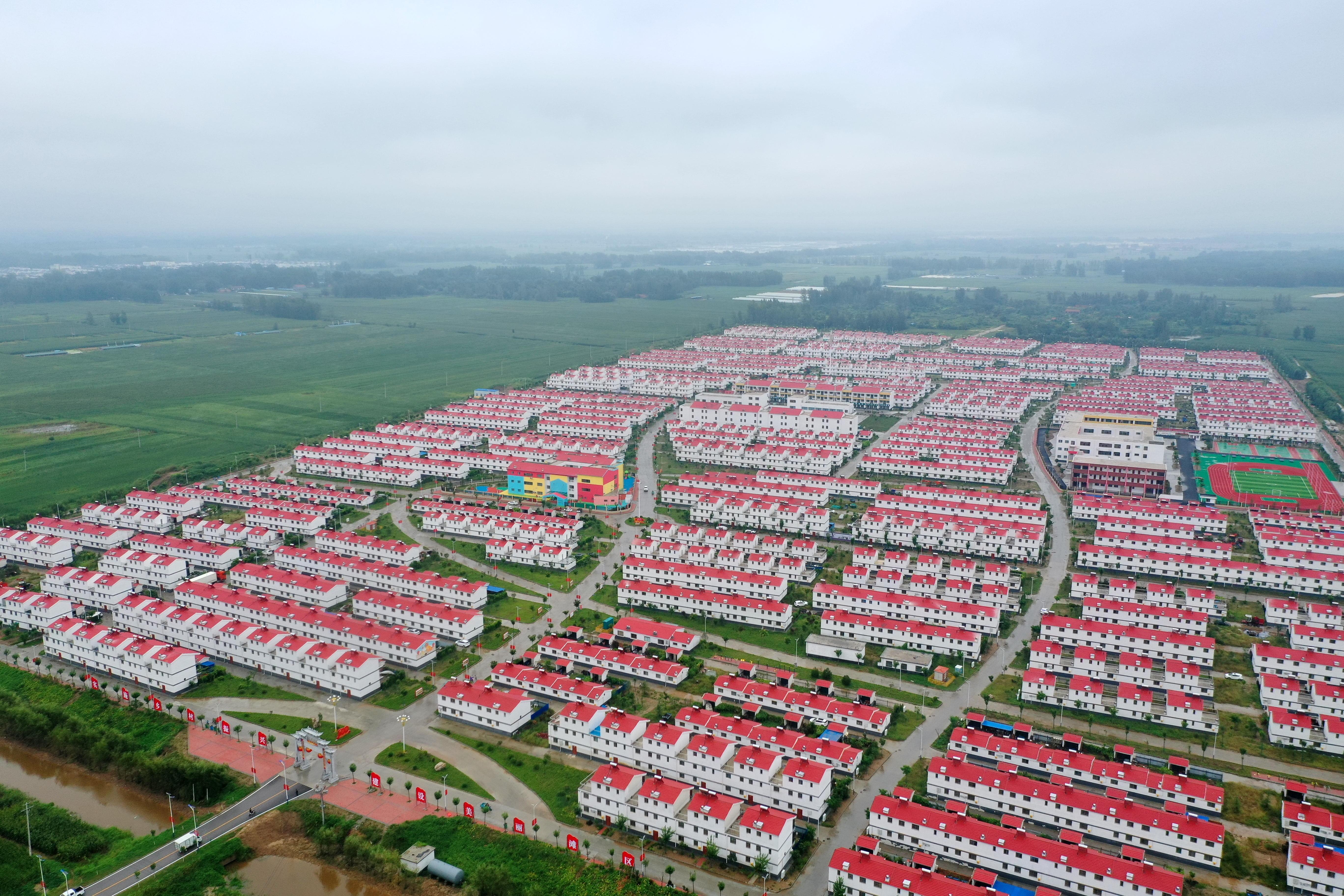 在菏泽市东明县长兴集乡8号村台,一幢幢红瓦白墙的别墅小楼整齐地排在村台上。(徐嘉辉 摄)