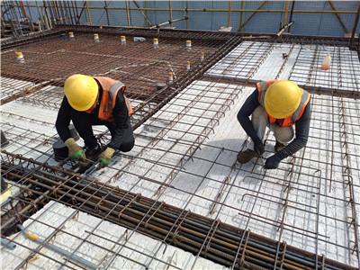 """中国钢研""""一院一园""""项目的建设者正在进行钢筋绑扎"""