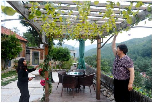 在下端士村民宿,肖玉爱征询游客的意见。现在民宿游客以网络预约为主,今年暑期几乎每个周末都爆满。
